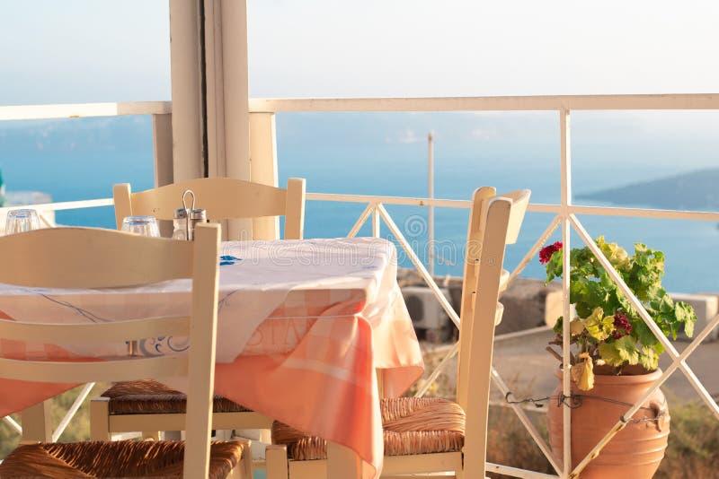 Un restaurante griego hermoso que pasa por alto el océano azul imagenes de archivo