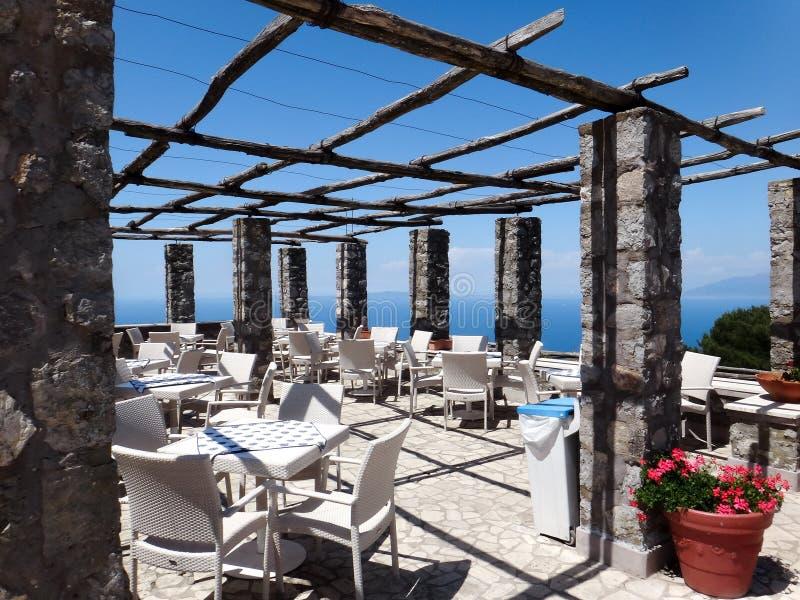 Un restaurent vide sur le dessus d'une montagne dans le capri Italie photos stock