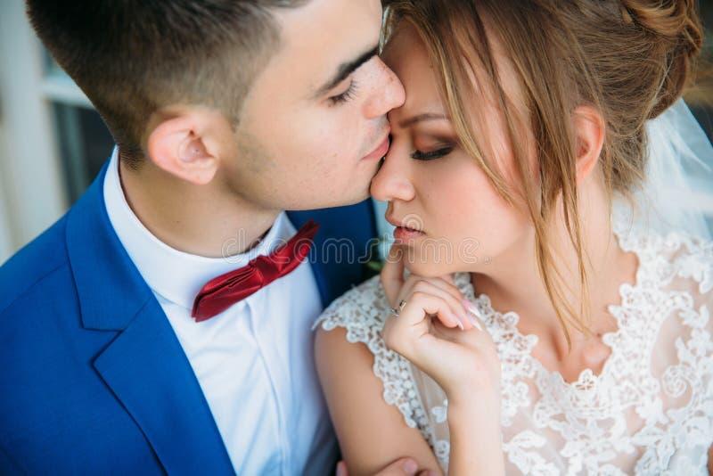 Un retrato apacible y romántico de un par en amor El hoy es el día más feliz de su vida El novio oscuro-cabelludo foto de archivo libre de regalías