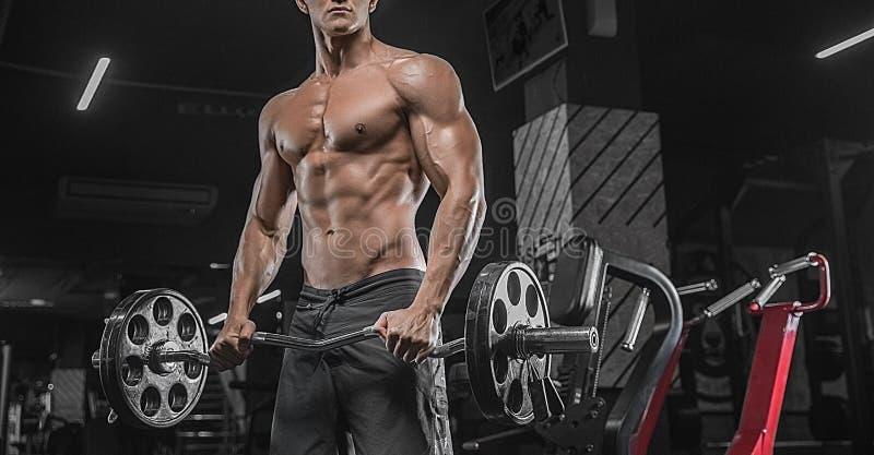 Un retrato cercano de un culturista masculino muscular del levantamiento de pesas, fotografía de archivo libre de regalías