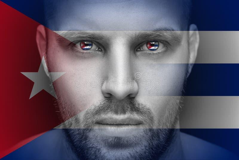 Un retrato de un hombre serio joven, en cuyos ojos se refleja la bandera nacional fotografía de archivo libre de regalías