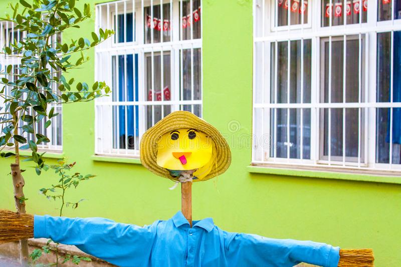 Un retrato del espantapájaros en un jardín de la escuela foto de archivo
