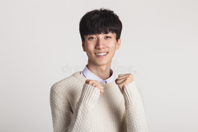 Un retrato del estudio de una juventud asiática que expresa confianza foto de archivo