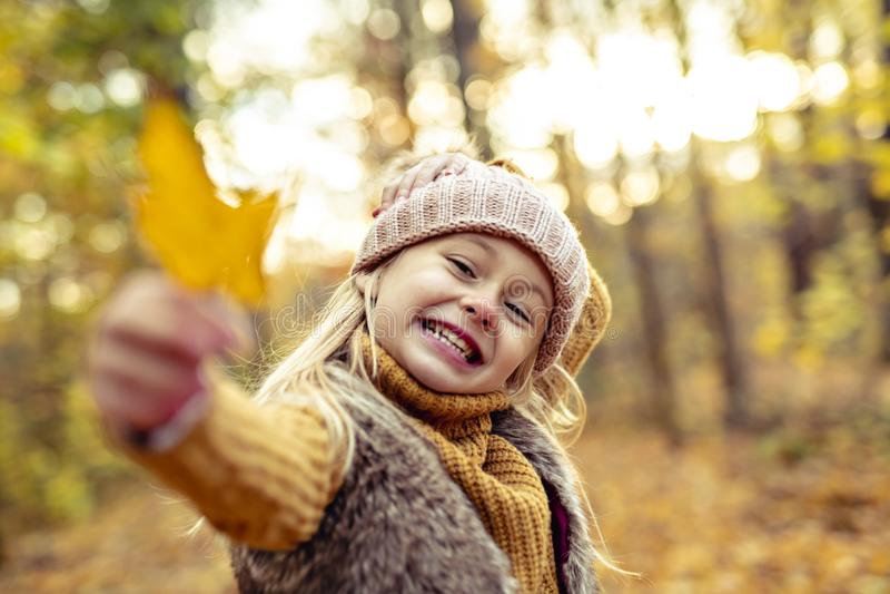 Un retrato del otoño de la muchacha rubia linda del niño fotos de archivo libres de regalías