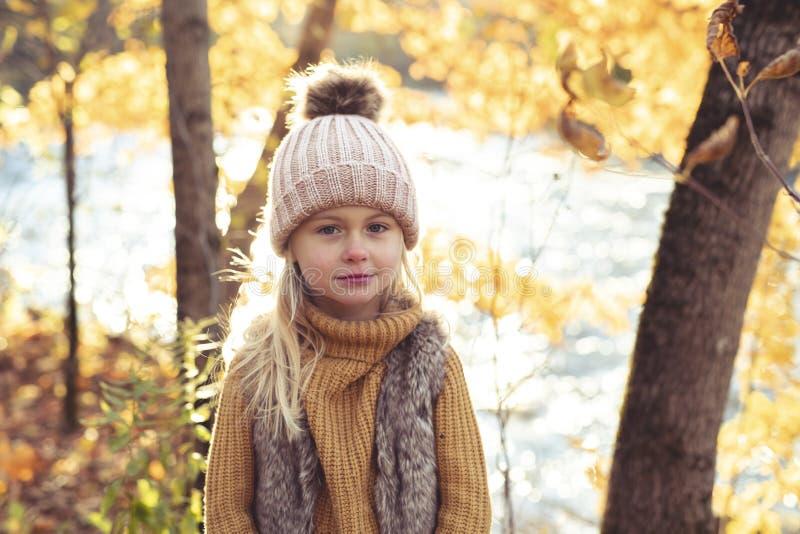 Un retrato del otoño de la muchacha rubia linda del niño fotografía de archivo
