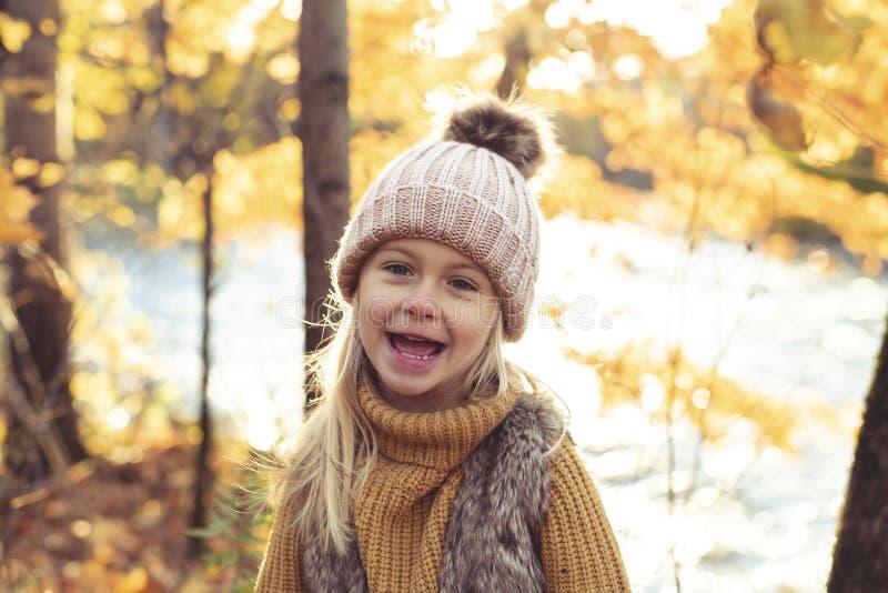 Un retrato del otoño de la muchacha rubia linda del niño imagenes de archivo