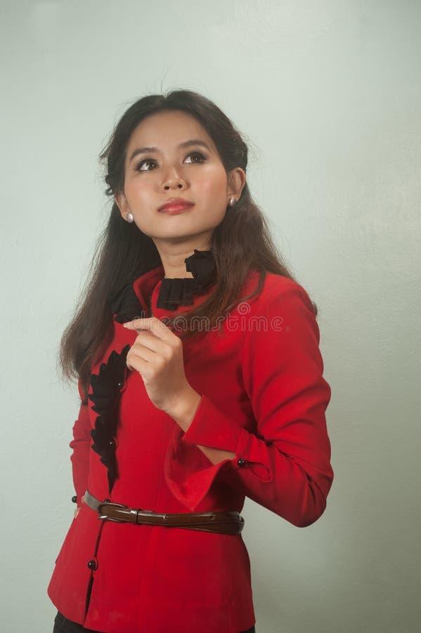 Un retrato del pensamiento asiático joven de la empresaria. imagen de archivo libre de regalías