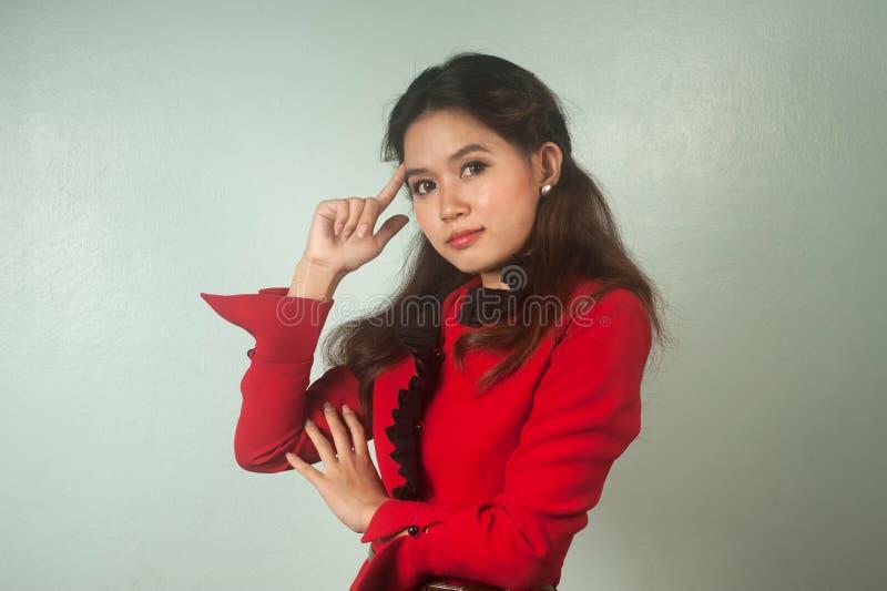 Un retrato del pensamiento asiático joven de la empresaria. foto de archivo