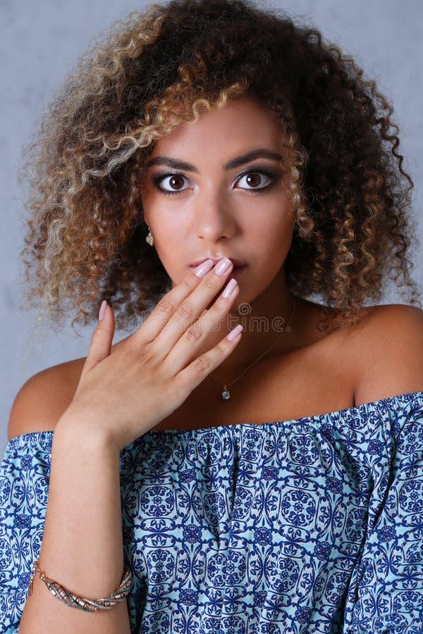 Un retrato hermoso de la mujer negra Él abre su boca imagen de archivo libre de regalías