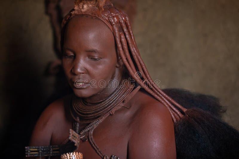 Un retrato tradicional de la mujer de la tribu del himba foto de archivo