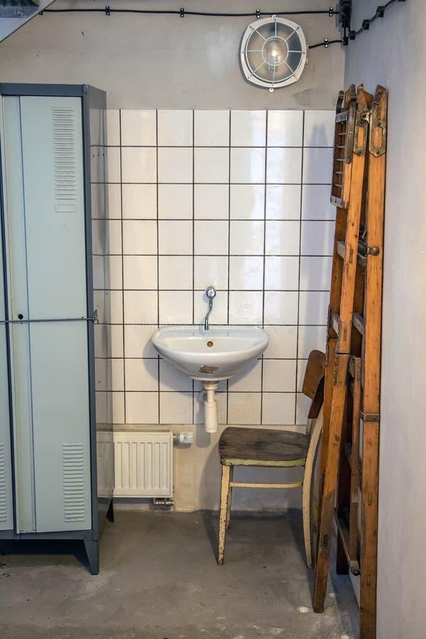 Un retro guardaroba con il lavabo immagini stock libere da diritti