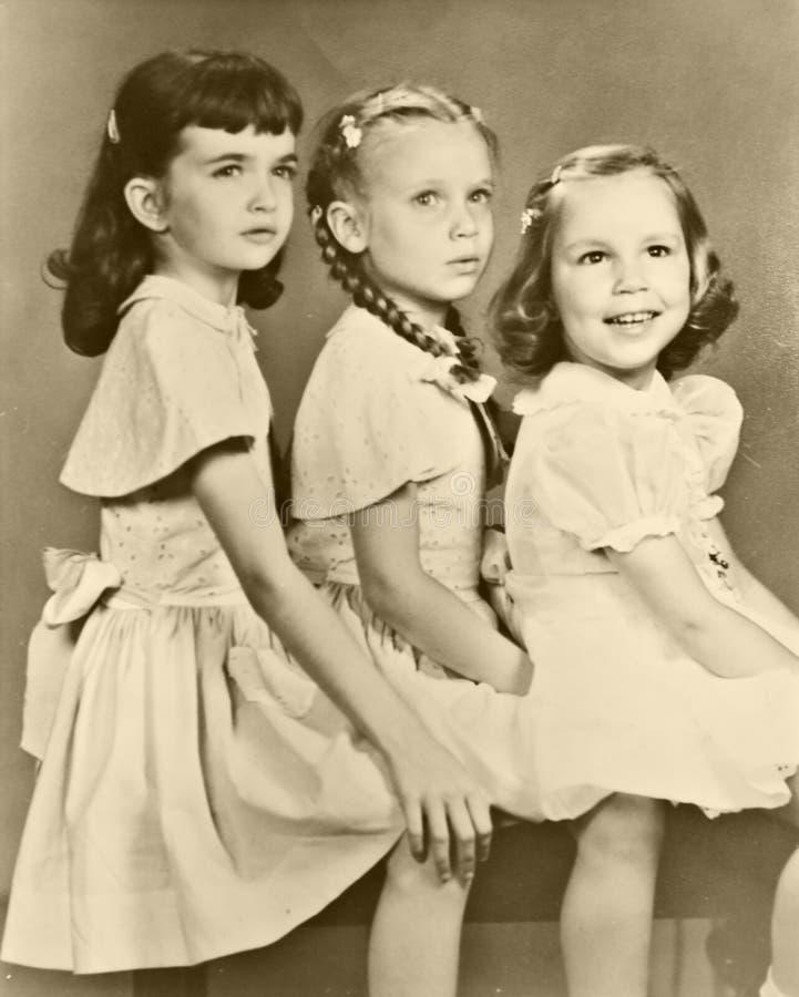 Un retro ritratto di tre ragazze fotografia stock