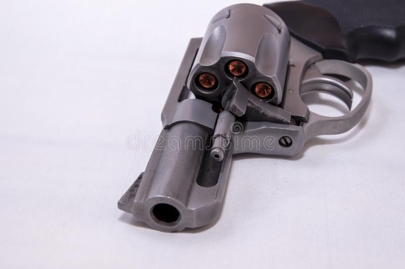 Un revólver chato de acero inoxidable de 357 botellas dobles cargado con las balas huecos del punto imagen de archivo libre de regalías