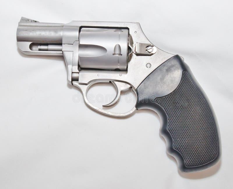 Un revólver de acero inoxidable de 357 botellas dobles con una manija negra foto de archivo libre de regalías