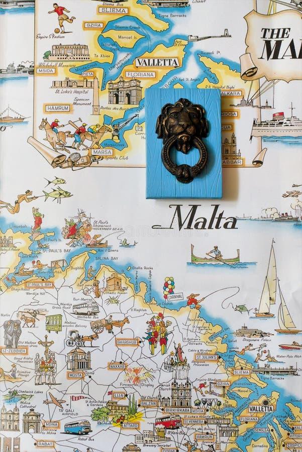 Un ricordo maltese massiccio tipico contro il contesto di una mappa turistica d'annata di Malta fotografia stock