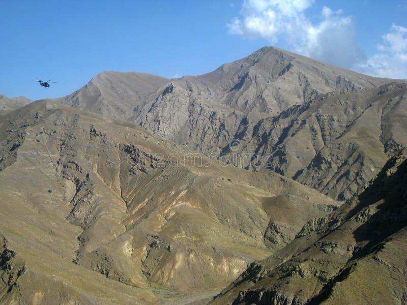 Un rifornimento funziona attraverso le montagne dell'Afghanistan fotografia stock