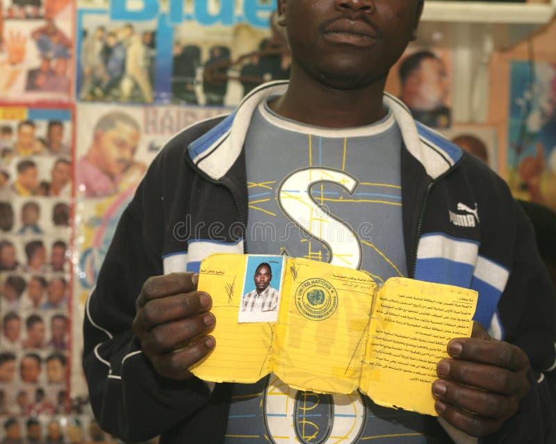 Un rifugiato sudanese in un negozio di barbiere fotografia stock libera da diritti