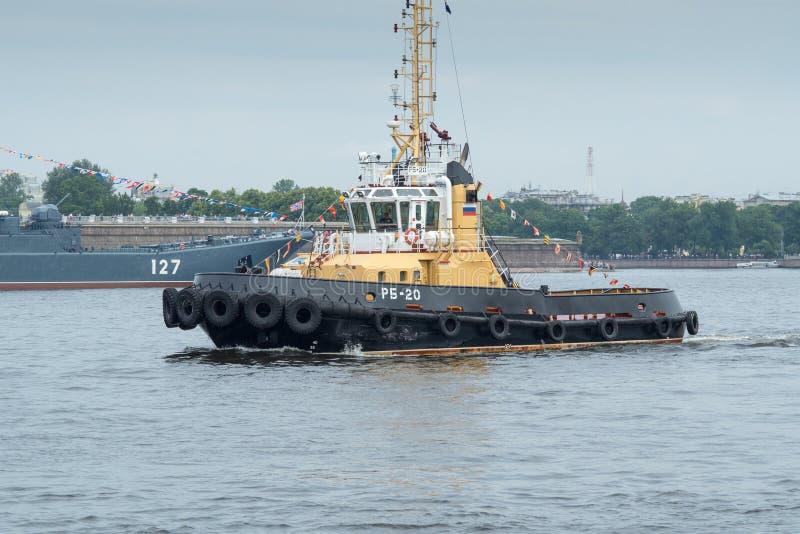 Un rimorchiatore del fiume che galleggia lungo Neva River a St Petersburg, Russia fotografia stock libera da diritti