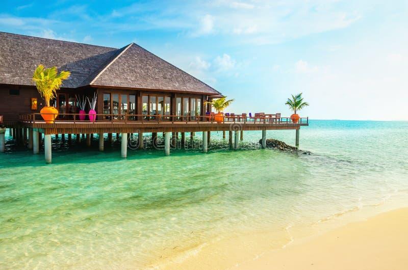 Un ristorante di legno sull'acqua, Maldive immagine stock