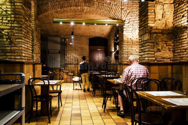 Un ristorante elegante in seminterrato di un hotel immagine stock
