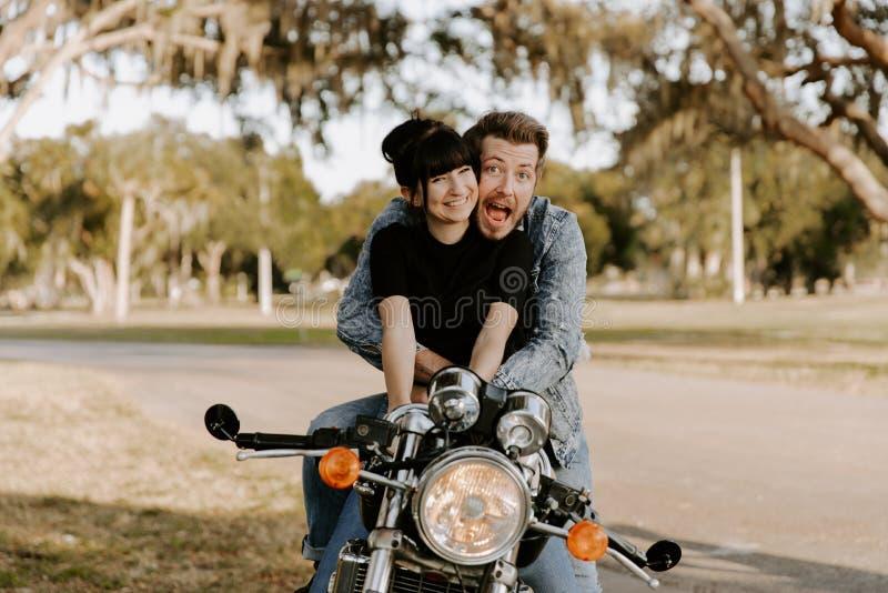 Un ritratto adorabile di amore di due belli giovani alla moda moderni adulti attraenti Guy Girl Couple Kissing ed abbracciare fotografia stock
