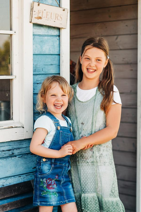 Un ritratto all'aperto di due sorelle divertenti fotografie stock
