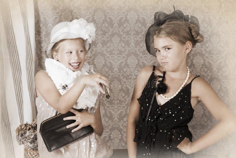 Un ritratto d'annata di stile di due bambine fotografia stock libera da diritti