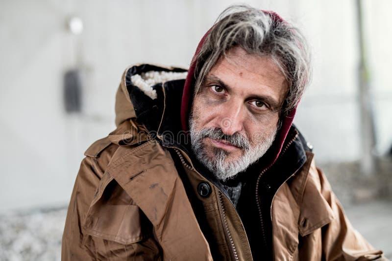 Un ritratto dell'uomo senza tetto del mendicante che si siede all'aperto immagini stock libere da diritti