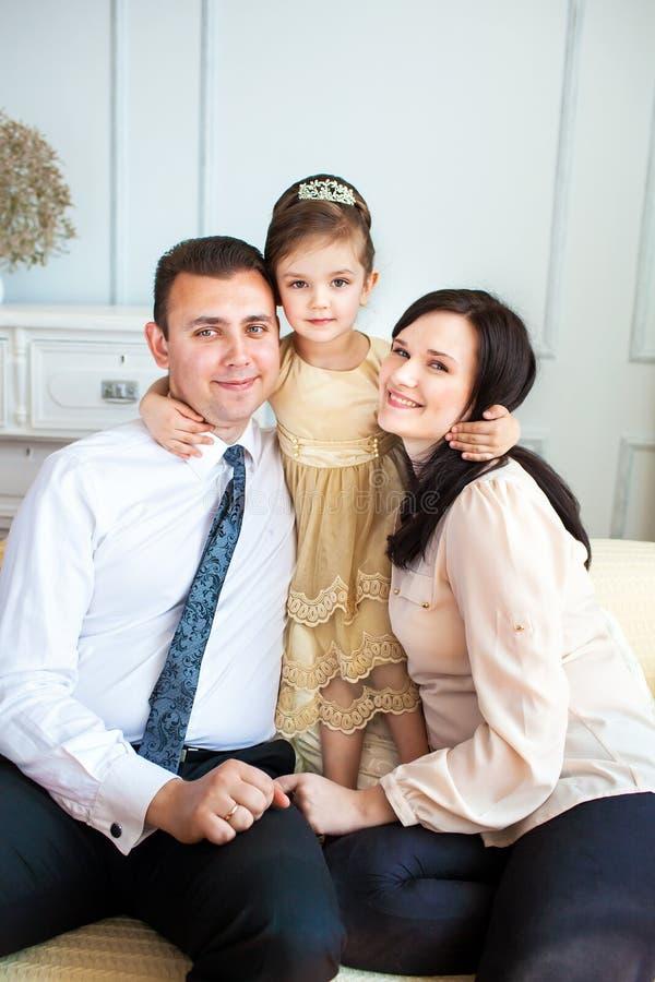 Un ritratto della famiglia dei genitori e della loro figlia fotografia stock