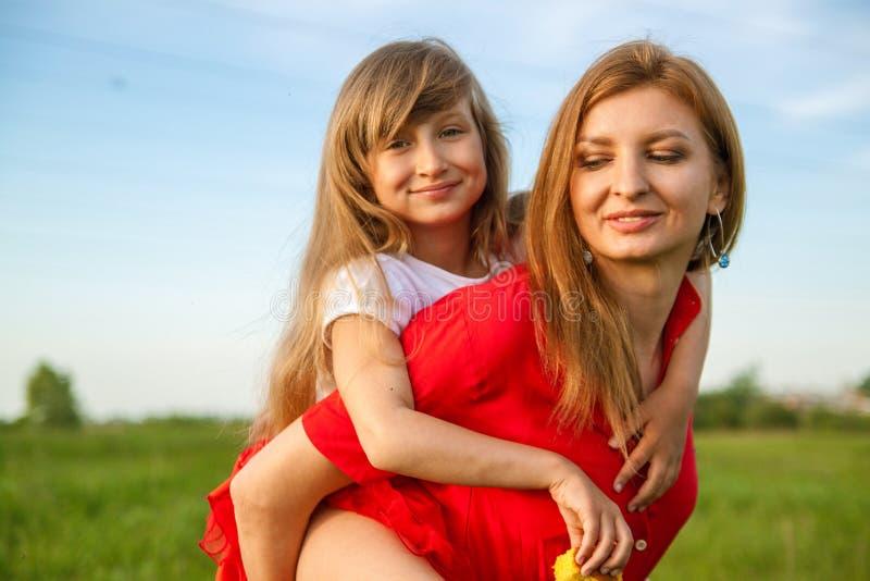 Un ritratto della madre e della figlia felici nel campo verde in natura di estate Natura, felicit? immagine stock
