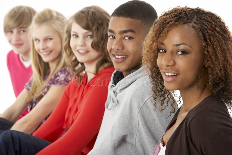 Un ritratto dello studio di cinque amici adolescenti che si levano in piedi I fotografie stock libere da diritti