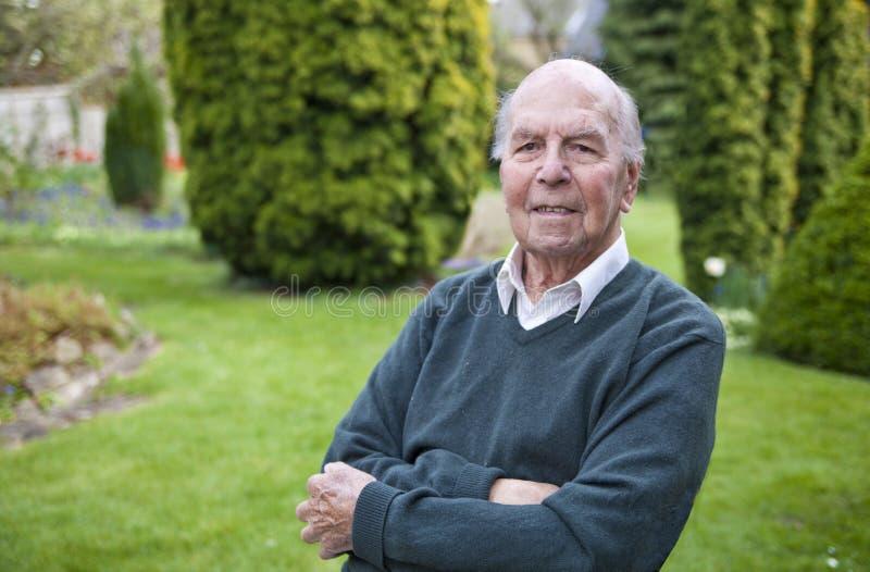 Un ritratto di 95 anni dell'uomo inglese nel suo giardino immagine stock libera da diritti