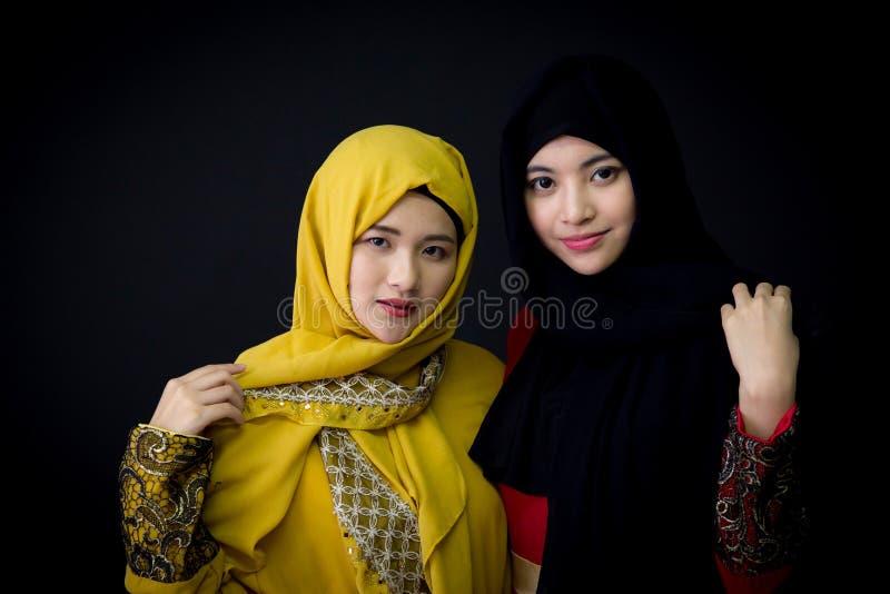 Un ritratto di bella donna asiatica musulmana due divertendosi insieme fotografia stock libera da diritti
