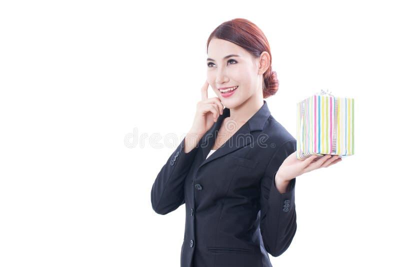 Download Un Ritratto Di Bella Donna Di Affari Con Il Contenitore Di Regalo Fotografia Stock - Immagine di felice, ritaglio: 56890744