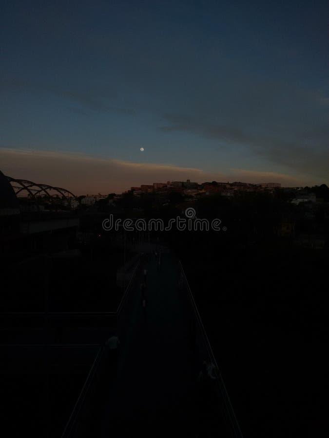 Un ritratto di bella mattina con la luna nel blu starred il cielo immagine stock
