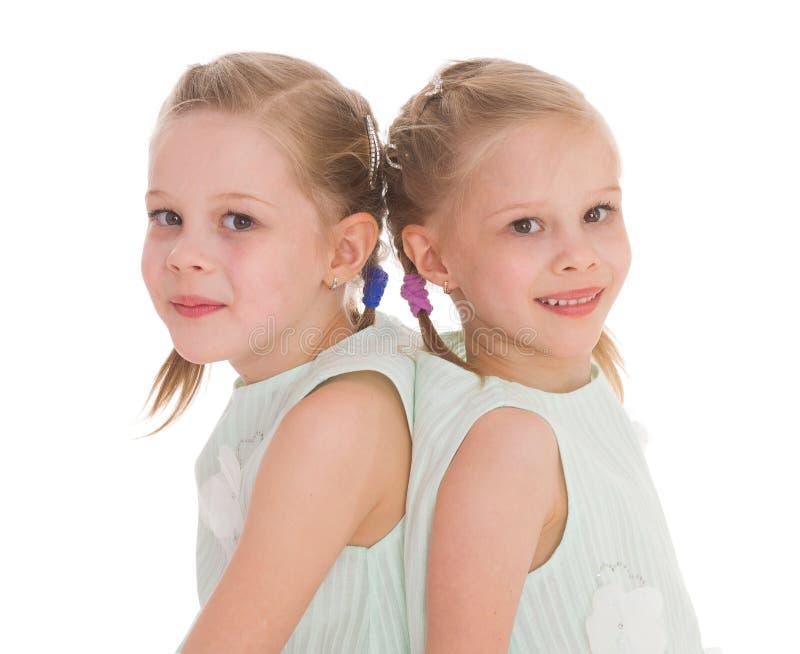 Un ritratto di due bambini allegri fotografia stock libera da diritti