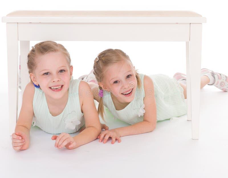 Un ritratto di due bambini allegri fotografia stock