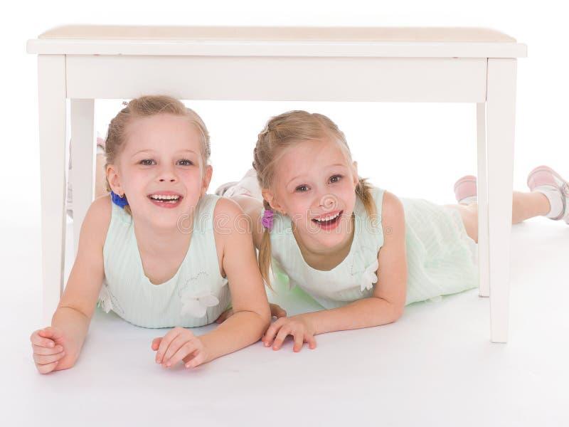Un ritratto di due bambini allegri immagine stock