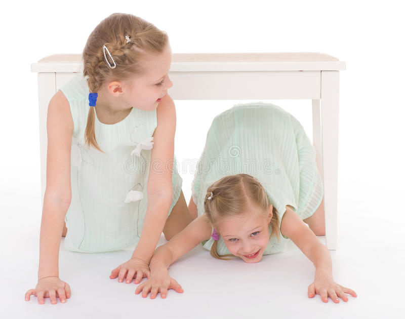 Un ritratto di due bambini allegri fotografie stock