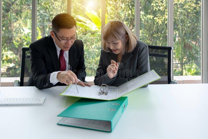 Un ritratto di due genti di affari che esaminano un certo argomento critico e che parlano della proposta di affari fotografie stock libere da diritti