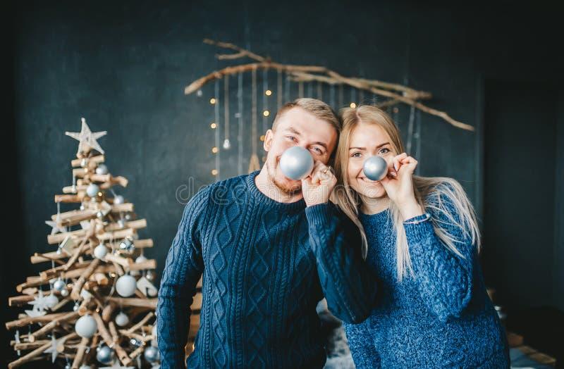 Un ritratto di due genti allegre positive divertendosi nel salone con la decorazione di Natale immagine stock