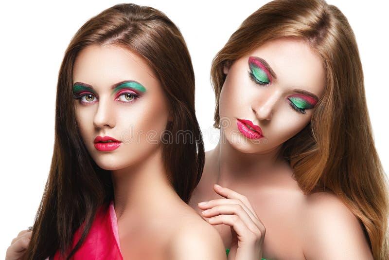 Un ritratto di due giovani belle ragazze di sensualità immagini stock