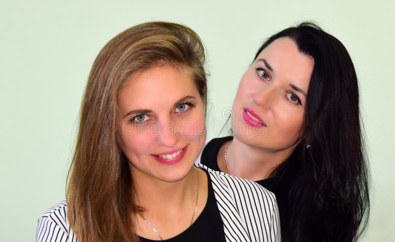 Un ritratto di due giovani donne La donna la bionda e la donna il castana fotografia stock libera da diritti