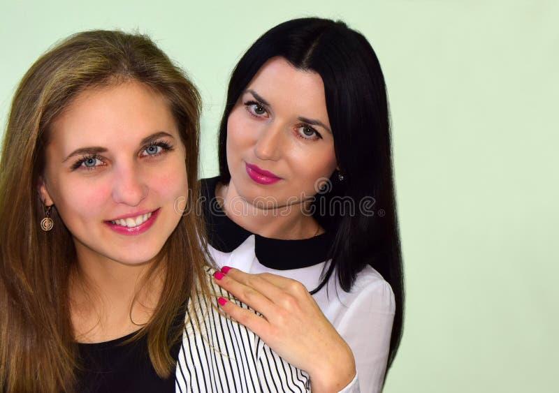 Un ritratto di due giovani donne La donna la bionda e la donna la s castana immagine stock