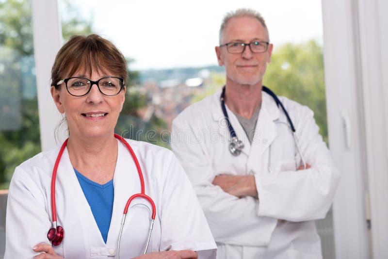 Un ritratto di due medici fotografie stock libere da diritti