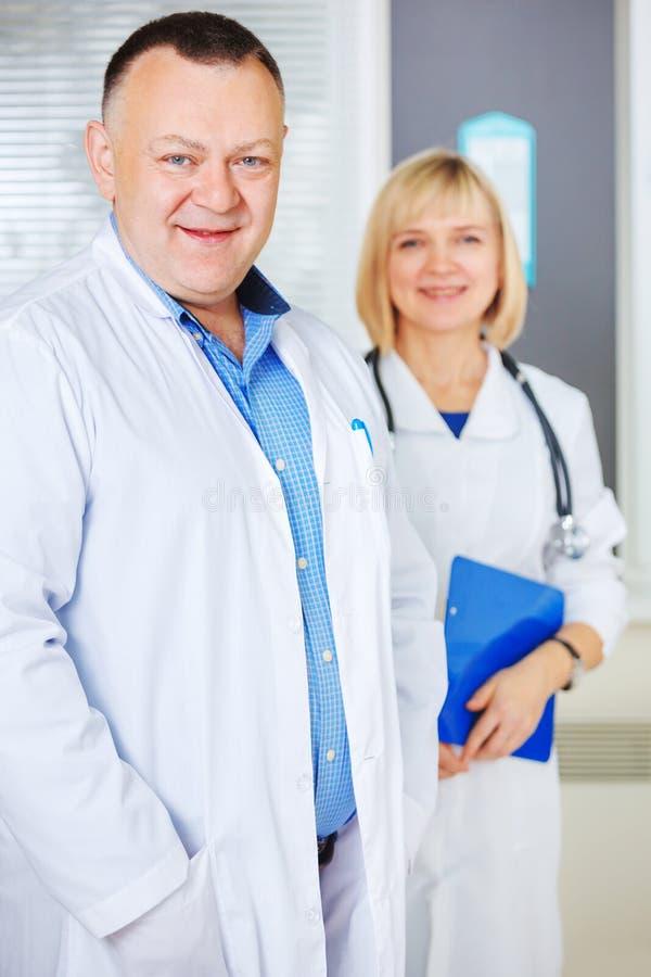 Un ritratto di due medici maturi felici fotografie stock