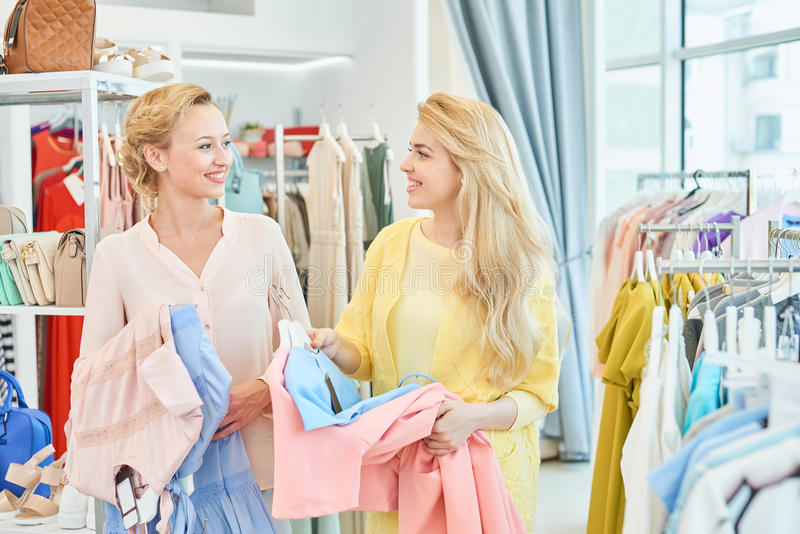 Un ritratto di due ragazze con dentro un negozio di vestiti fotografia stock