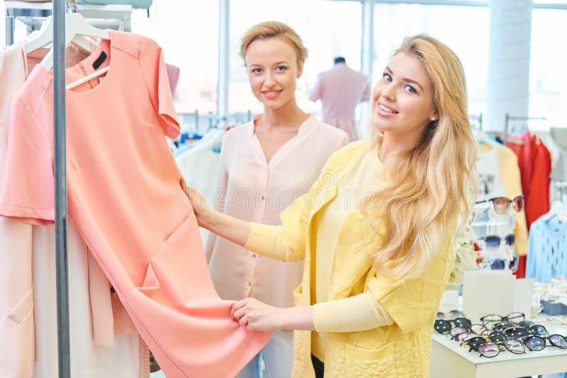 Un ritratto di due ragazze in negozio di vestiti fotografia stock