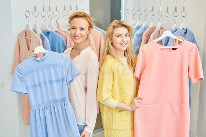 Un ritratto di due ragazze in un negozio di vestiti fotografie stock