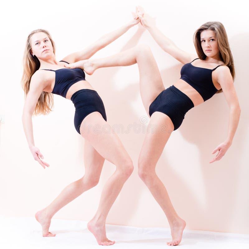 Un ritratto 2 di giovane figura atletica attraente sexy belle ragazze bionde delle donne che stanno sulla punta dei piedi immagini stock